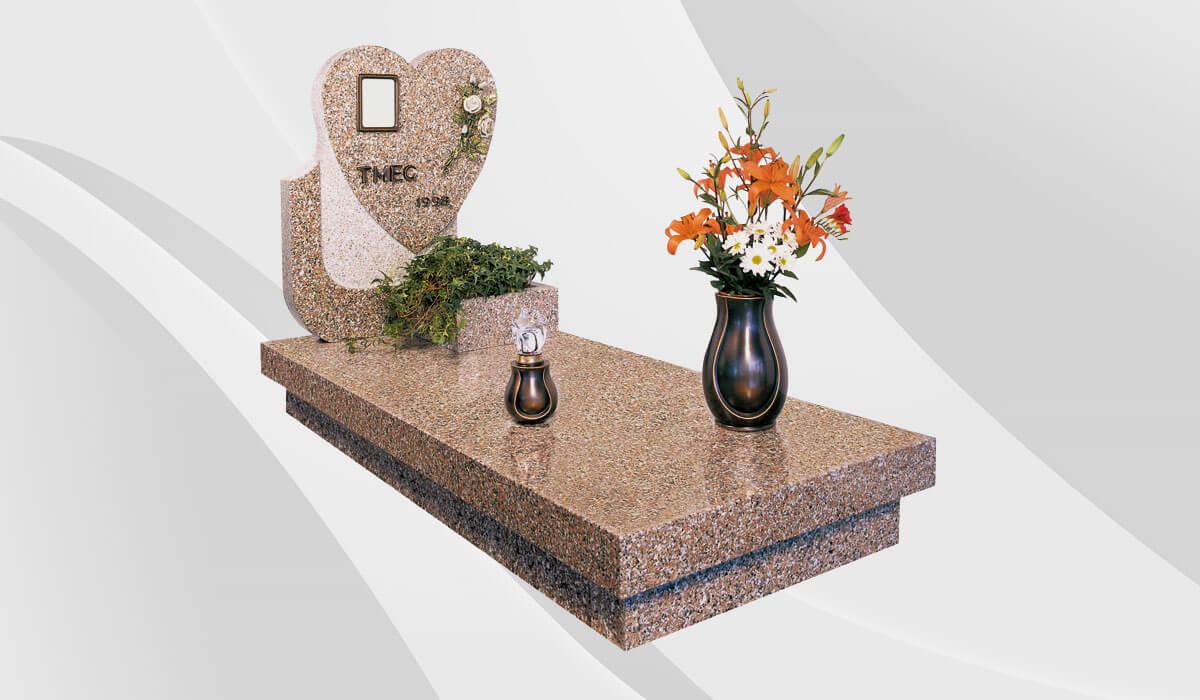 Ваза и лампада из бронзы от Caggiati на надгробной плите гранитного памятника